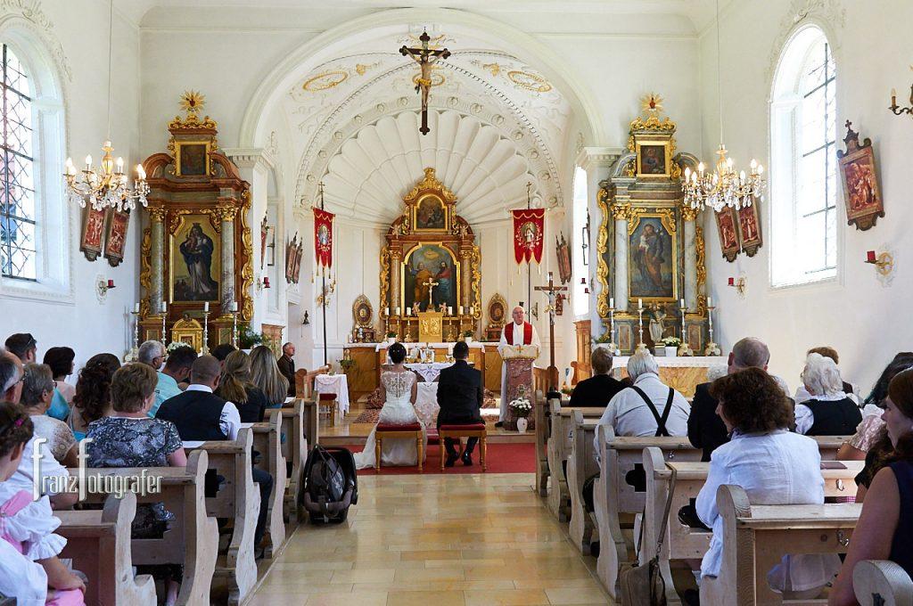 Heilige Messe in der St. Peterskapelle in Halblech